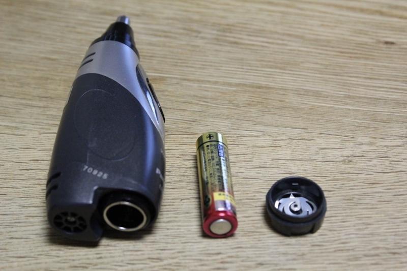パナソニック鼻毛カッターER-GN50の電源、単3電池を出した画像