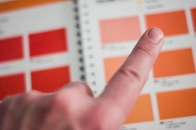 カラーチャートに指をさす人