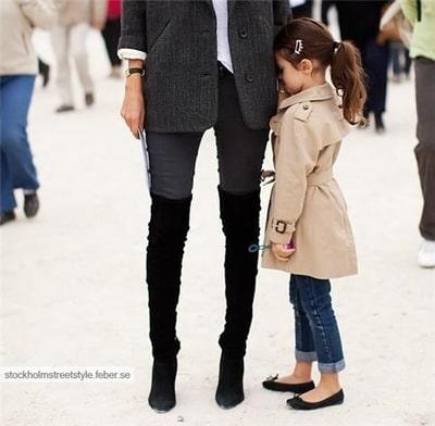 ベージュのトレンチコートを着ている外国人の女の子