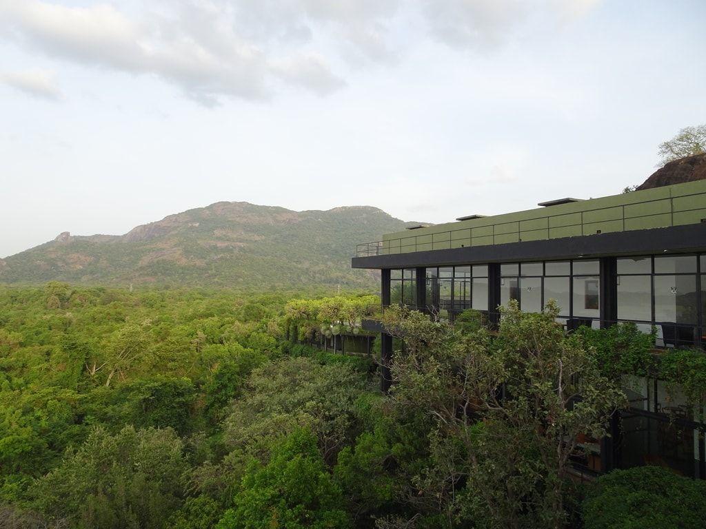 緑に覆われ、自然と一体化するホテル スリランカが誇る建築家・ジェフリーバワが設計したヘリタンスカンダラマ
