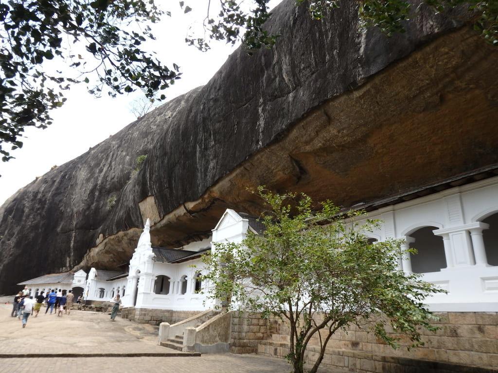ダンブッラ石窟寺院の外観