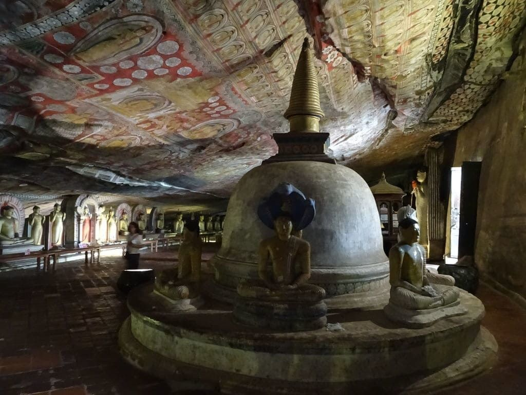 ダンブッラ石窟寺院の第2窟の仏舎利塔 悟りを開くために嵐の中瞑想を続ける仏陀と、仏陀を雨風から守るコブラ