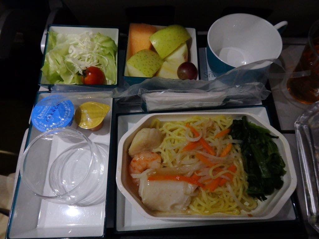 スリランカ航空 UL455便の2回目の機内食 メインは海鮮炒め中華ソース