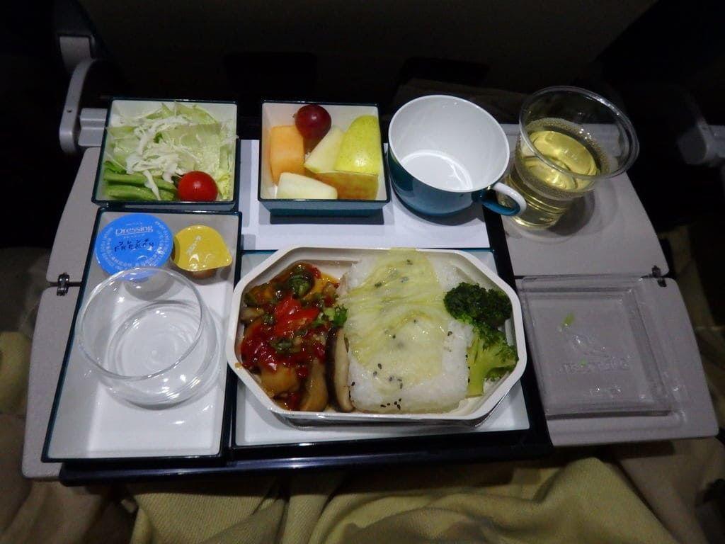 スリランカ航空 UL455便の1回目の機内食 メインは姫鯛の照り焼きソース