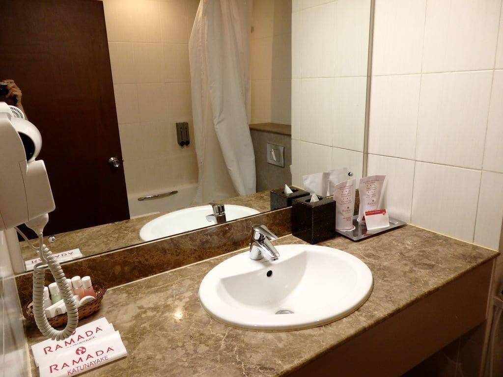 ニゴンボ ラマダ カトナヤケホテルのバスルーム