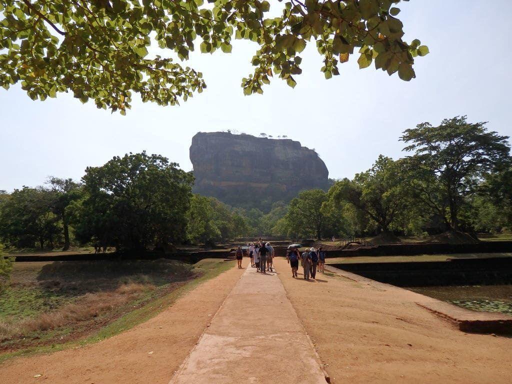巨岩の頂に築き上げられた宮殿跡 世界遺産シギリヤロック