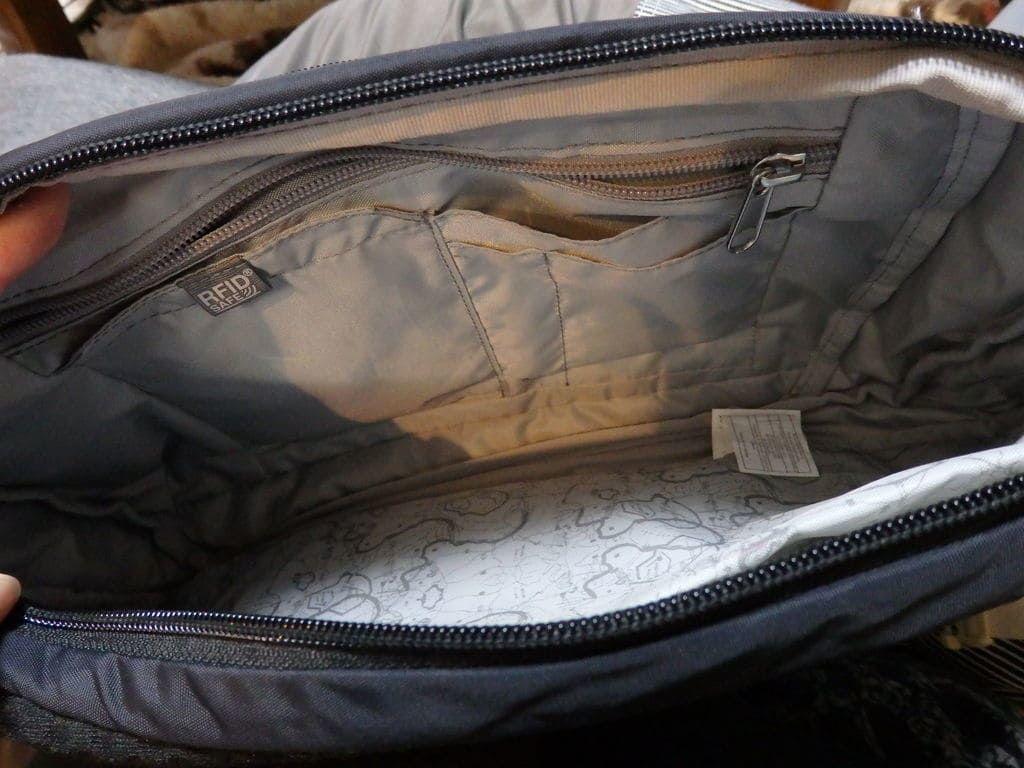 パックセーフ(Pacsafe)ボディバックのスキミング防止ポケット