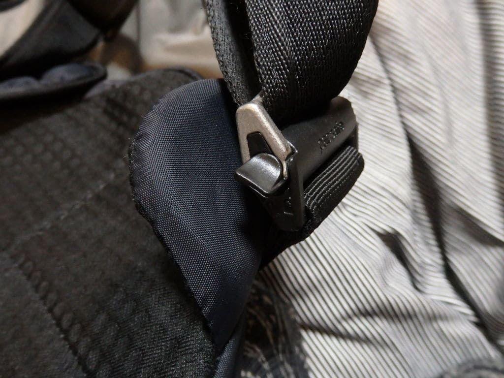 パックセーフ(Pacsafe)ボディバック バイブ325のショルダーストラップ(回転ロック式)の取り外し方法