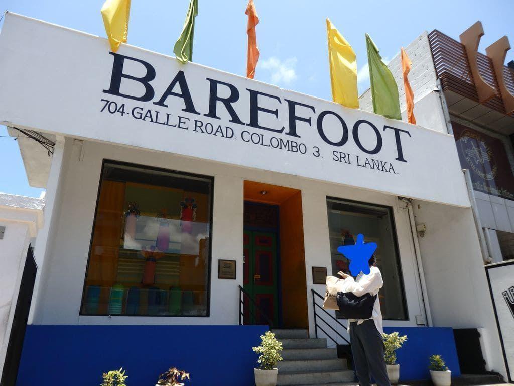 ゴールロードの大通り沿いにあるベアフット(BAREFOOT)コロンボ本店の外観