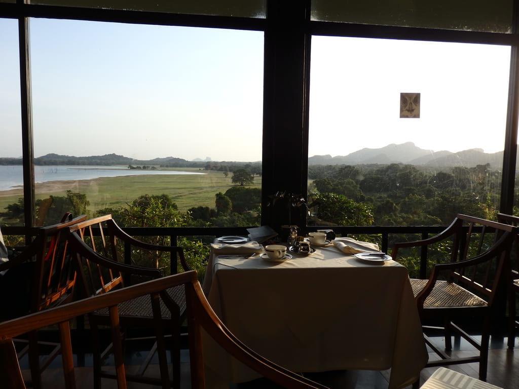 ヘリタンスカンダラマで朝焼けを眺めながら朝食