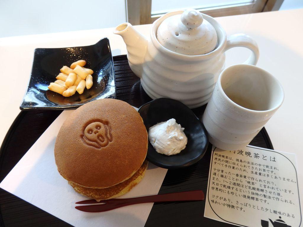 大塚国際美術館 Cafe de Giverny カフェ ド ジヴェルニー ムンクのどら焼きセット(600円) 鳴門金時の餡を使用したどら焼きと、徳島の名産の阿波晩茶と、おかきのセット