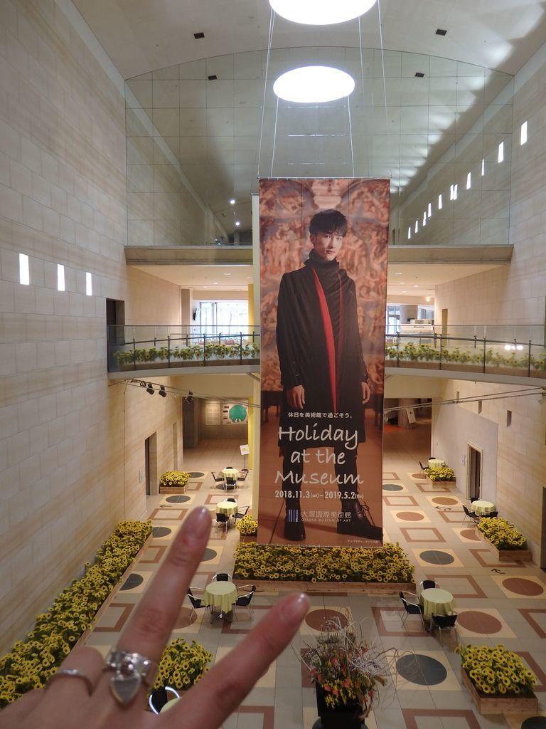 大塚国際美術館 アンバサダー Sexy Zoneのメンバー、マリウス葉(本名、葉 マリウス ユリウス 成龍 シュミッヒ) センターホールの超巨大垂れ幕