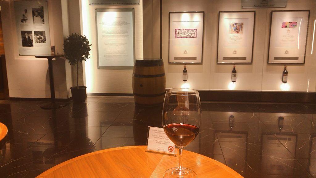 エノテカ GINZA SIX店にてムーラン・ド・ラ・ラギューヌMoulin de La Lagune(2014)のグラスと5大シャトーの展示