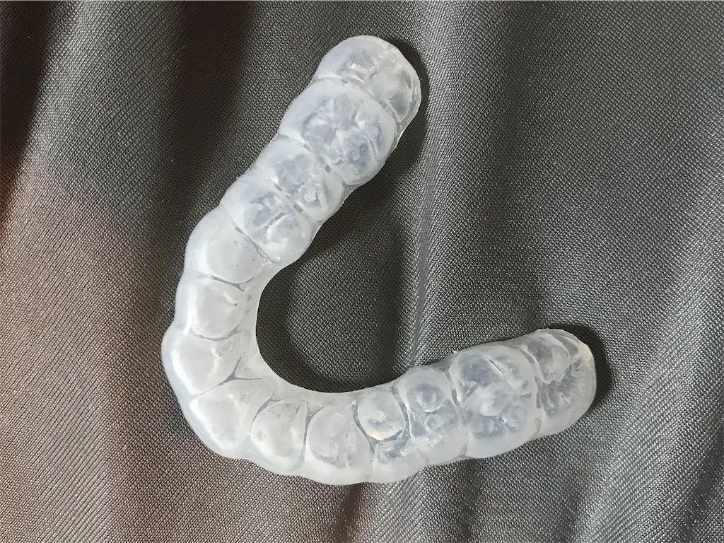 噛みしめ歯ぎしりによる歯のダメージを減らすための就寝時用マウスピース