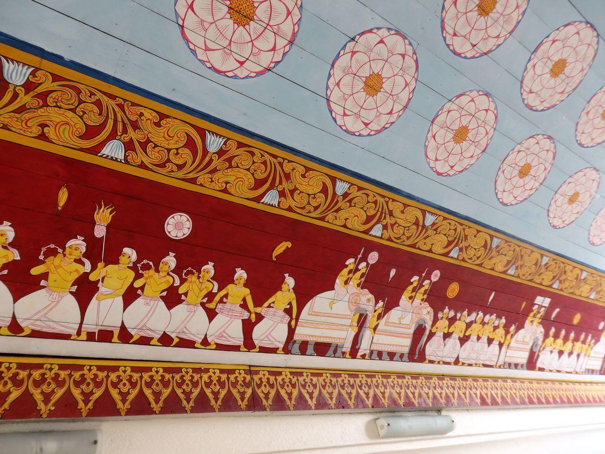 仏歯寺 色鮮やかな壁画 ペラヘラ祭の様子が描かれている