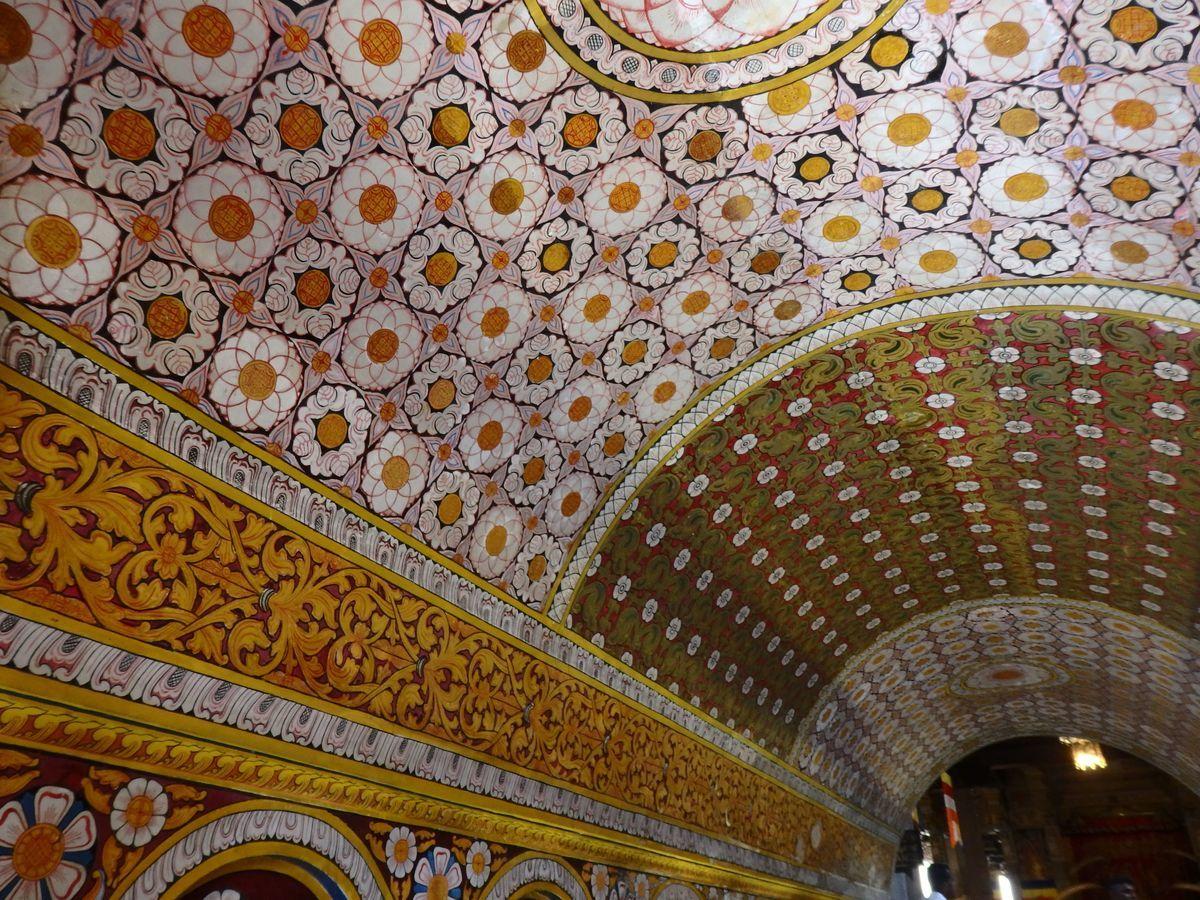 仏歯寺 色鮮やかな壁画