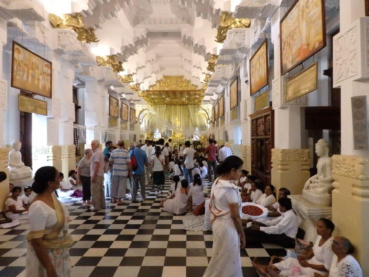 仏歯寺 たくさんの仏像 在家信者の衣装「白衣(びゃくえ)」に身を包んだ大勢の人々
