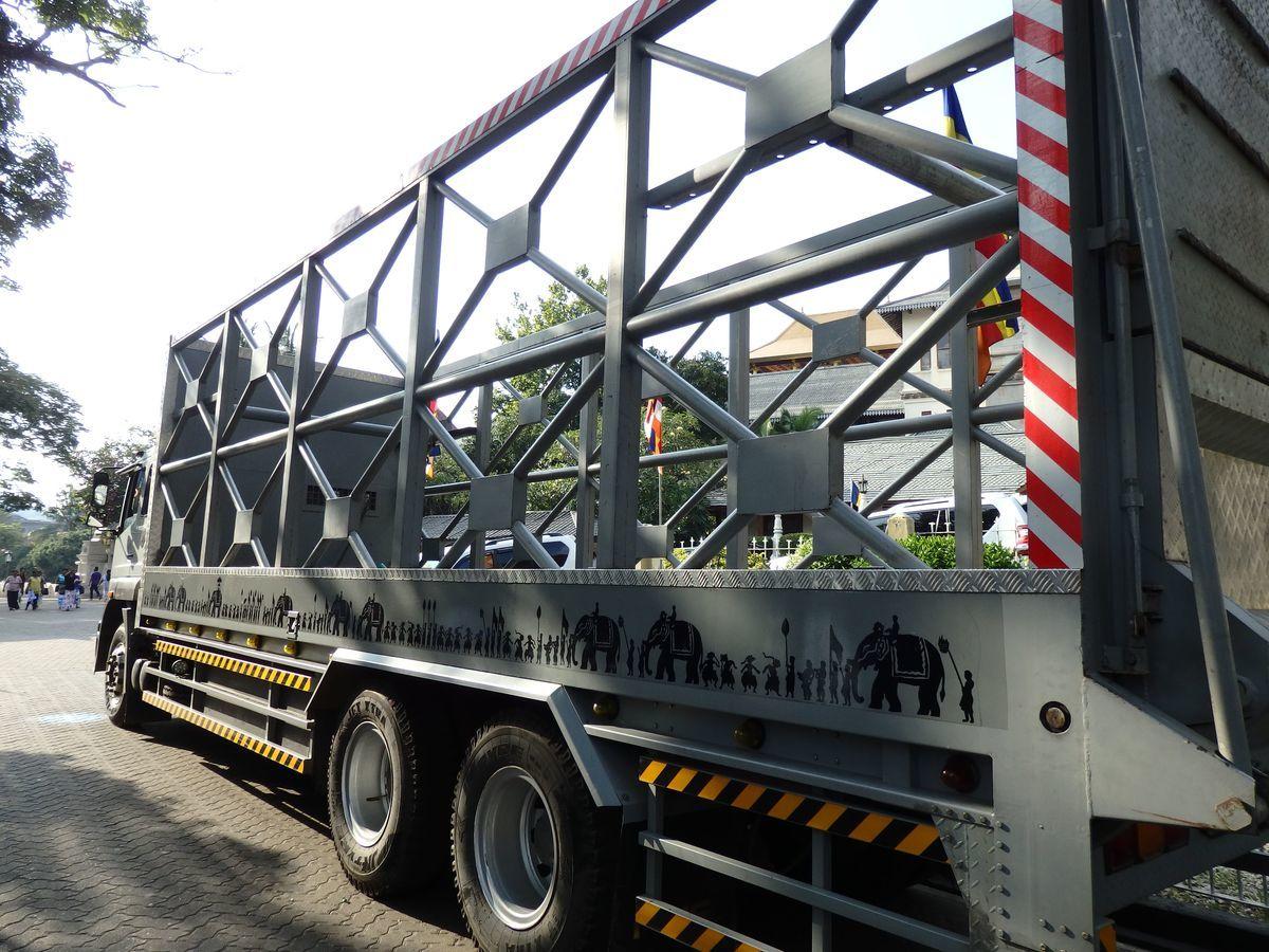 仏歯寺 ゾウを乗せるためのトラックには、ペラヘラ祭のイラストが描かれていた