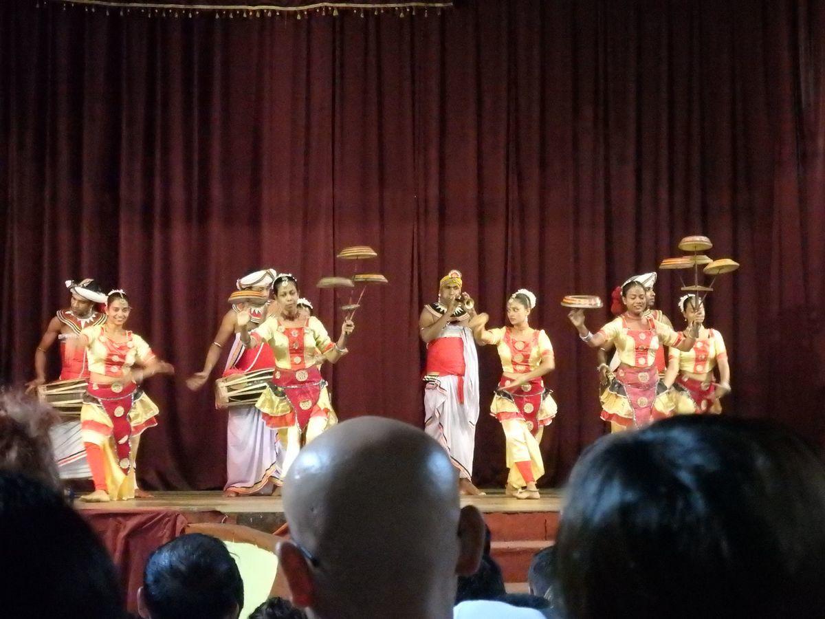 キャンディアンダンスショー ラバンの踊り(RABAN DANCE) 皿回しのような曲芸