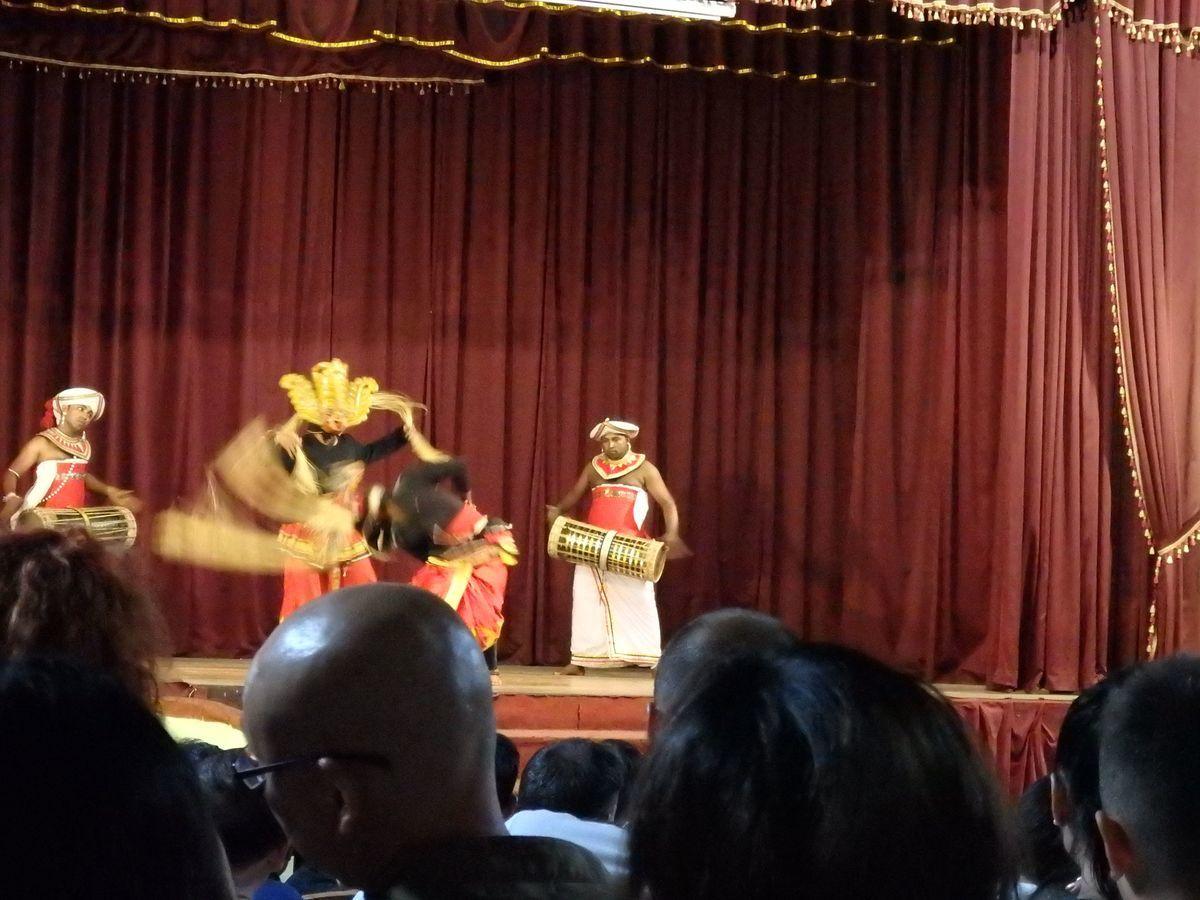 キャンディアンダンスショー 仮面の踊り(MASK DANCE) 歌舞伎の連獅子の「毛振り」のよう