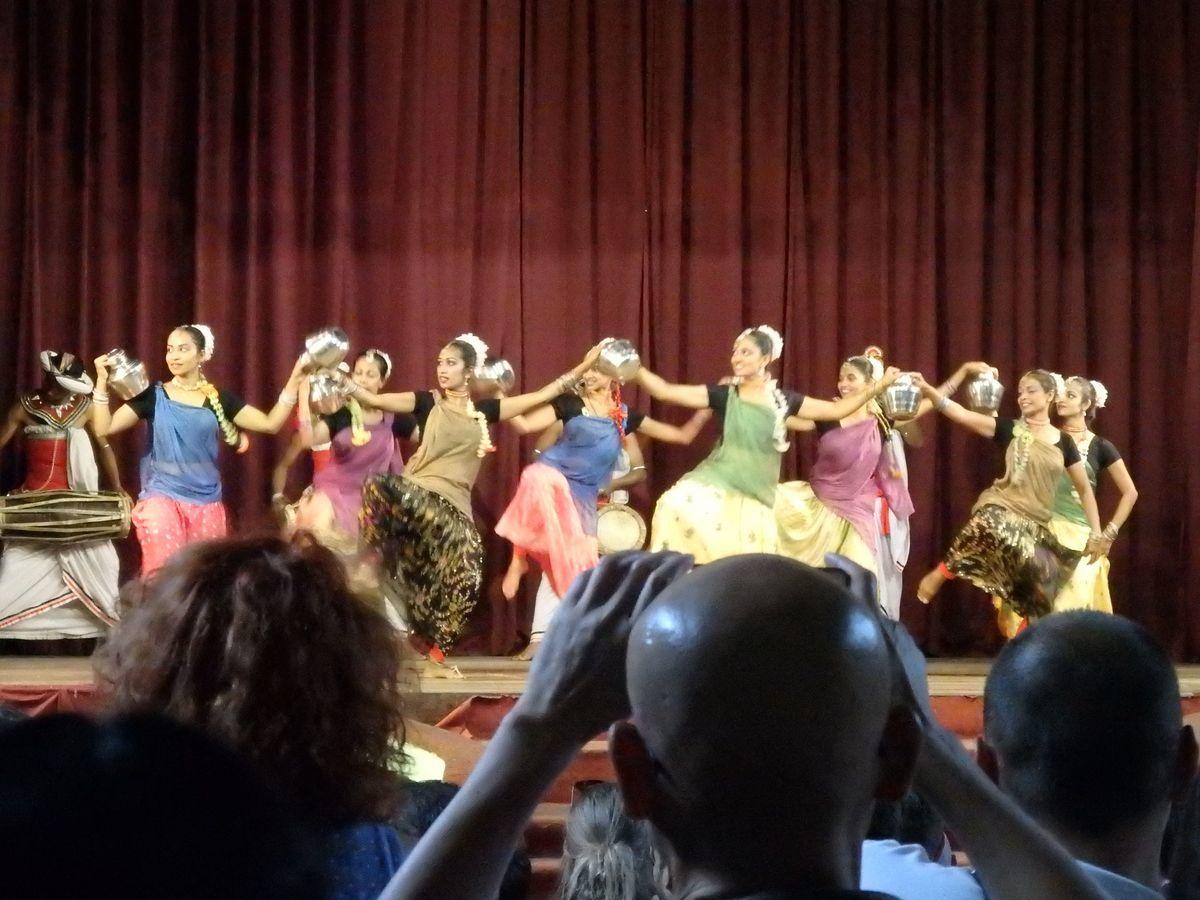 キャンディアンダンスショー 茶摘みの踊り(TEA PLUCKING DANCE)