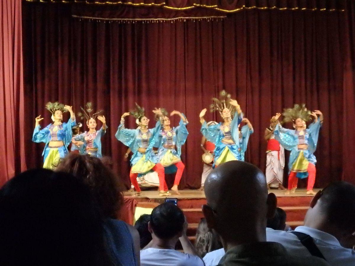 キャンディアンダンスショー マユラの踊り(MAYURA WANNAMA)