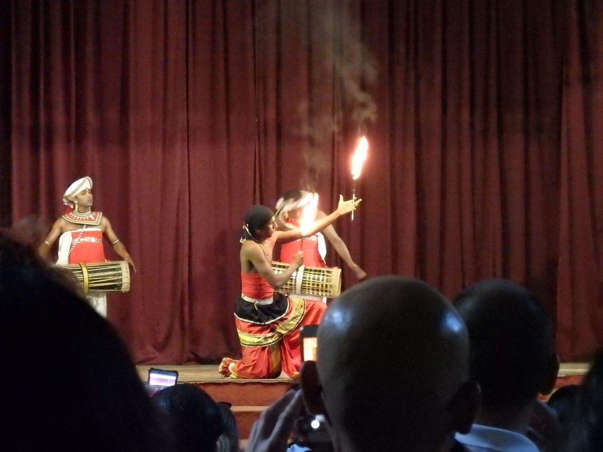 キャンディアンダンスショー ギニ・シシーラ(FIRE DANCE)