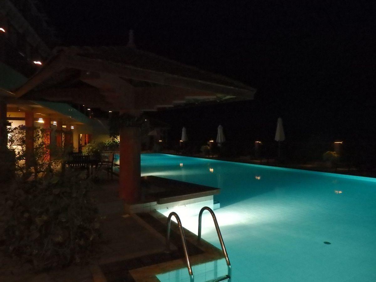 アマヤ ヒルズ ホテル Amaya Hills ライトアップされた夜のプール