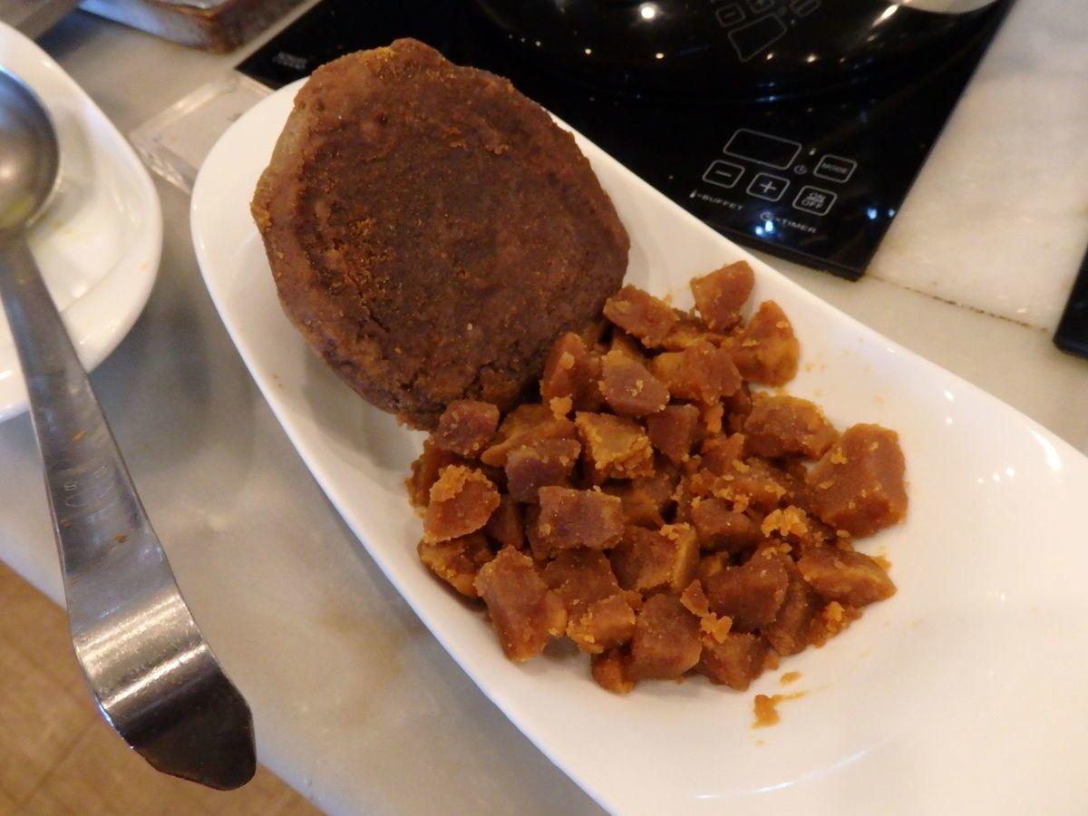 キトゥル・パニ(キトゥルハニー)(孔雀椰子の花の蜜)を煮詰めて固めたキトゥル・ハクル