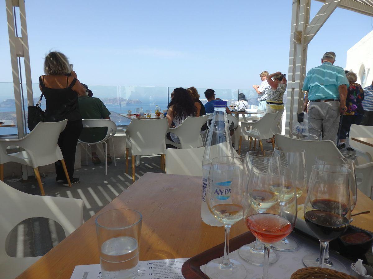 サントリーニ島のワイナリー、サントワイン(Santo Wines Winery)オーシャンビューのテラス席