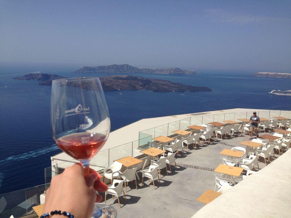 ブログTake a breakのヘッダー画像 サントリーニ島のワイナリー、サントワイン(Santo Wines Winery)とワイングラス片手にオーシャンビューのテラス席で