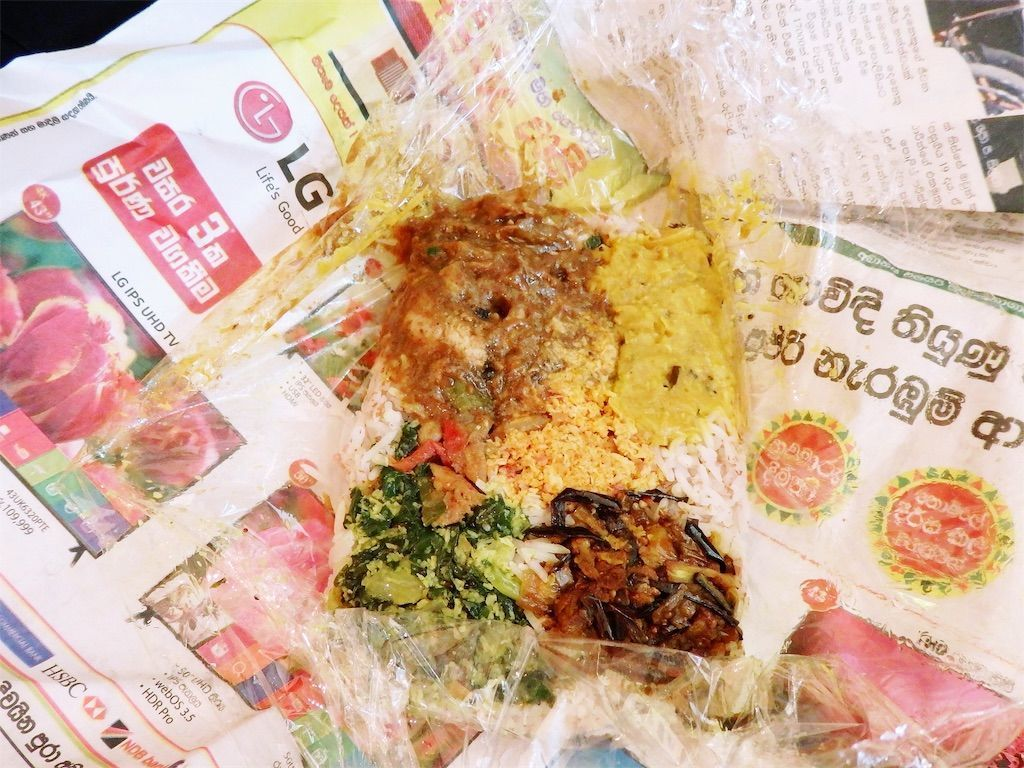スリランカ爆破テロ復興支援イベント「Ayubowan! SRI LANKA(アユボワン!スリランカ)」高円寺・月曜スリランカカレーのスリランカ弁当 ライスの上に色とりどりのチキンカレー、パリップ(レンズ豆)、なすのモージュ、ポルサンボル、ハールマッソー、ケールマッルン