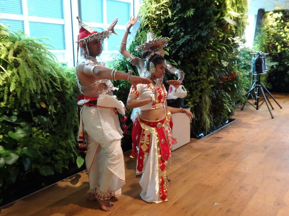 スリランカ爆破テロ復興支援イベント「Ayubowan! SRI LANKA(アユボワン!スリランカ)」キャンディアンダンスの衣装に身を包んだダンサー