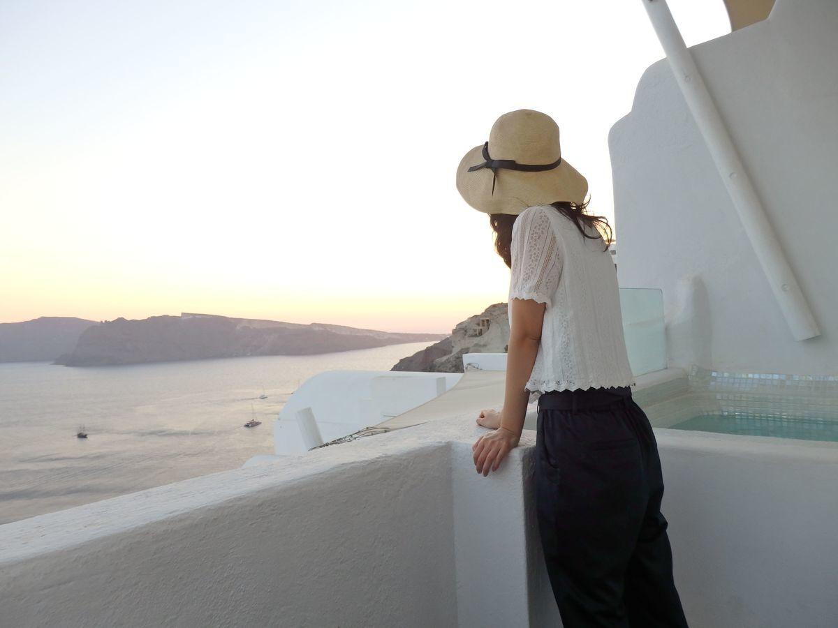 ギリシャ新婚旅行で宿泊したサントリーニ島イアのおすすめ洞窟ホテル「ラ ペルラ ヴィラズ アンド スイーツLa Perla Villas and Suites」一番お安いジュニアスイート客室の様子。テラス・バルコニー付き