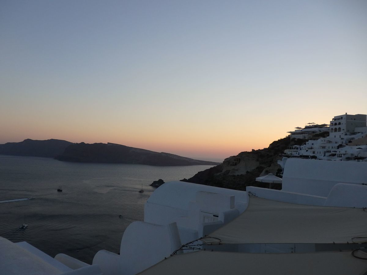 ギリシャ新婚旅行で宿泊したサントリーニ島イアのおすすめ洞窟ホテル「ラ ペルラ ヴィラズ アンド スイーツLa Perla Villas and Suites」一番お安いジュニアスイート客室の様子。テラス・バルコニーからの絶景