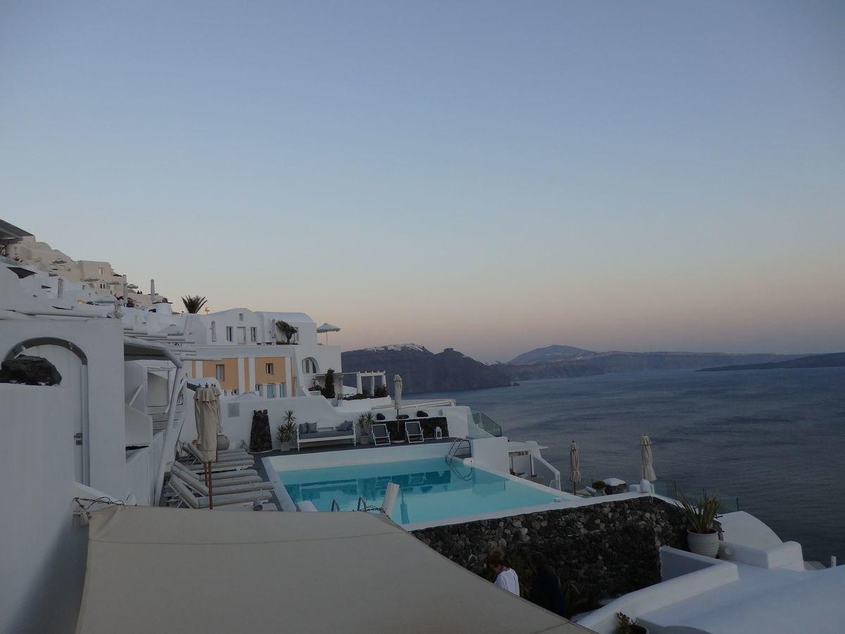 ギリシャ新婚旅行で宿泊したサントリーニ島イアのおすすめ洞窟ホテル「ラ ペルラ ヴィラズ アンド スイーツLa Perla Villas and Suites」一番お安いジュニアスイート客室の様子。テラス・バルコニーのソファに座って絶景を眺める