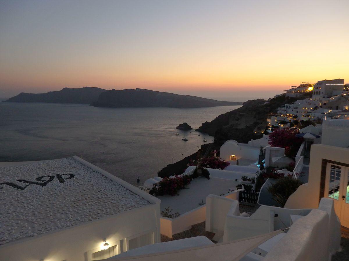 ギリシャ新婚旅行で宿泊したサントリーニ島イアのおすすめ洞窟ホテル「ラ ペルラ ヴィラズ アンド スイーツLa Perla Villas and Suites」ホテル敷地内インスタ映え夕暮れ絶景スポット