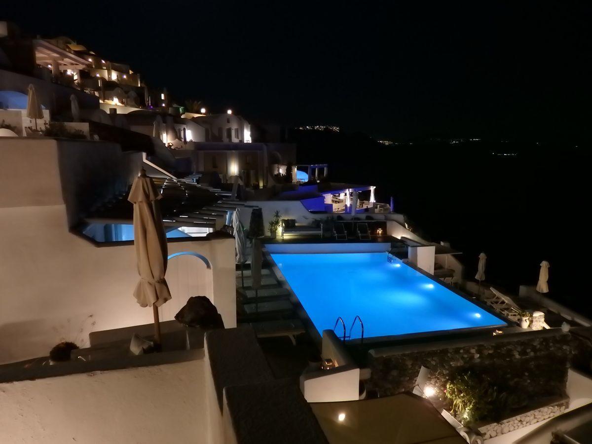 ギリシャ新婚旅行で宿泊したサントリーニ島イアのおすすめ洞窟ホテル「ラ ペルラ ヴィラズ アンド スイーツLa Perla Villas and Suites」ホテル敷地内インスタ映えスポット、夜は共用プールも綺麗にライトアップ