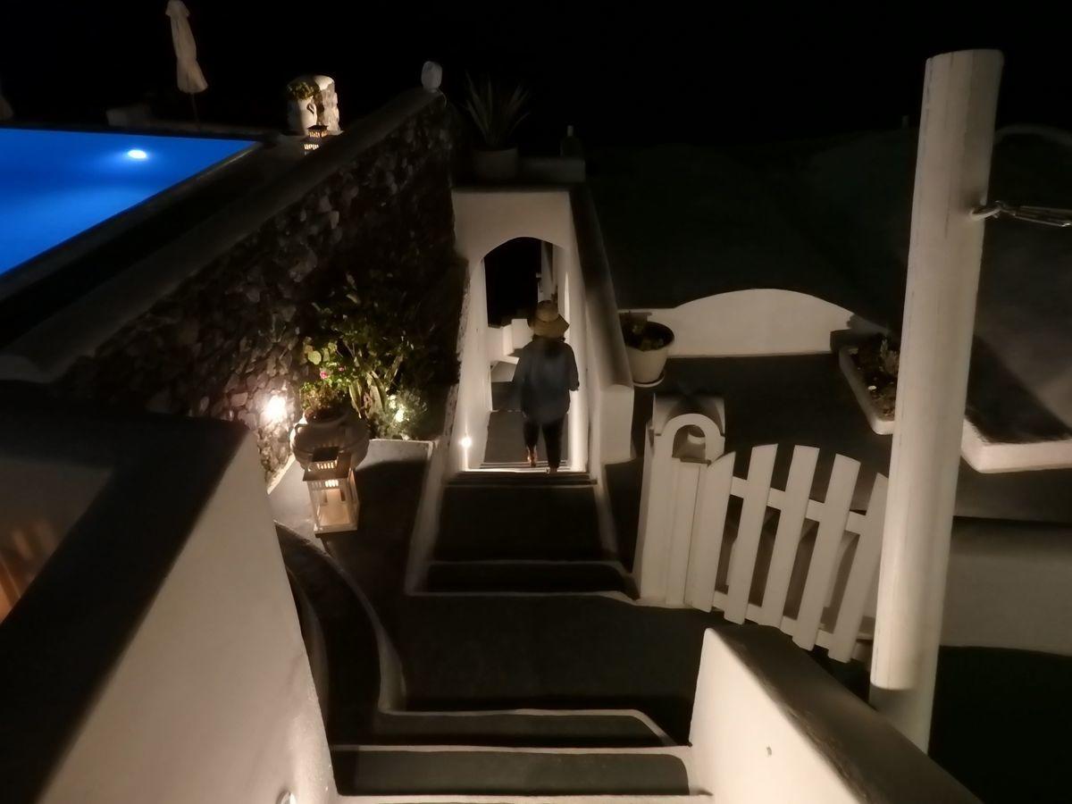 ギリシャ新婚旅行で宿泊したサントリーニ島イアのおすすめ洞窟ホテル「ラ ペルラ ヴィラズ アンド スイーツLa Perla Villas and Suites」ホテル敷地内階段