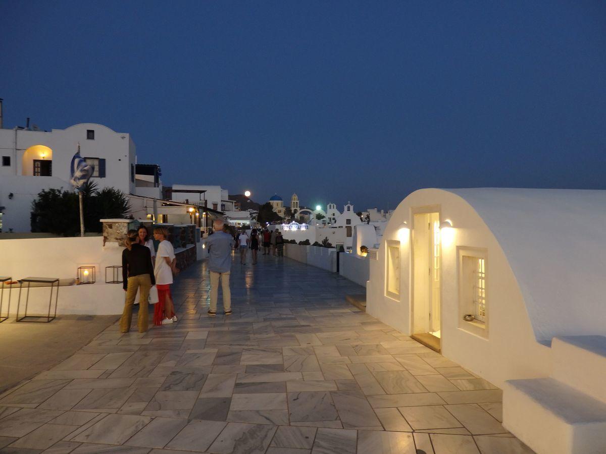 ギリシャ新婚旅行で宿泊したサントリーニ島イアのおすすめ洞窟ホテル「ラ ペルラ ヴィラズ アンド スイーツLa Perla Villas and Suites」周辺、夜の街並み