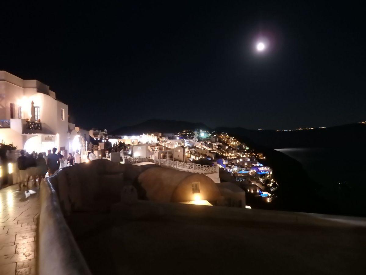 ギリシャ新婚旅行で宿泊したサントリーニ島イアのおすすめ洞窟ホテル「ラ ペルラ ヴィラズ アンド スイーツLa Perla Villas and Suites」周辺、夜景