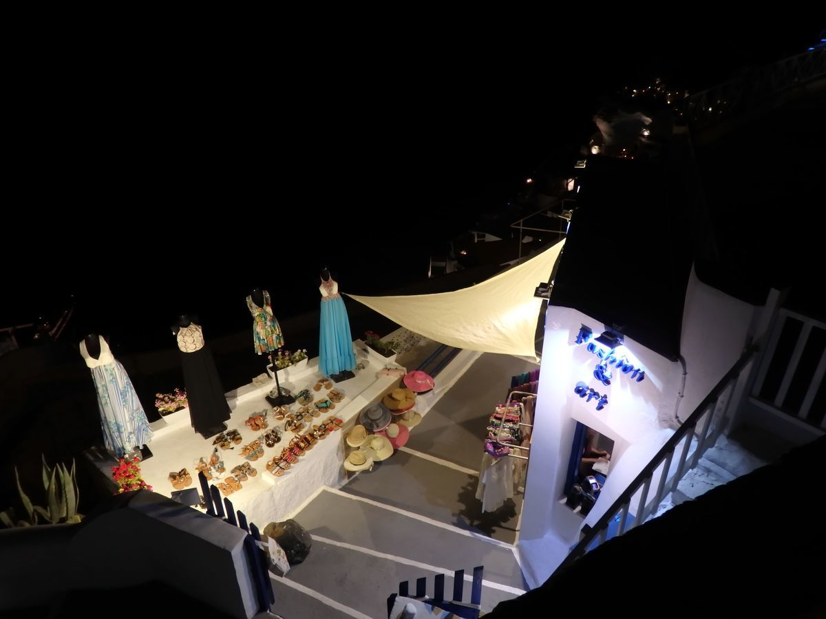 ギリシャ新婚旅行で宿泊したサントリーニ島イアのおすすめ洞窟ホテル「ラ ペルラ ヴィラズ アンド スイーツLa Perla Villas and Suites」周辺、夜の洋服屋さん