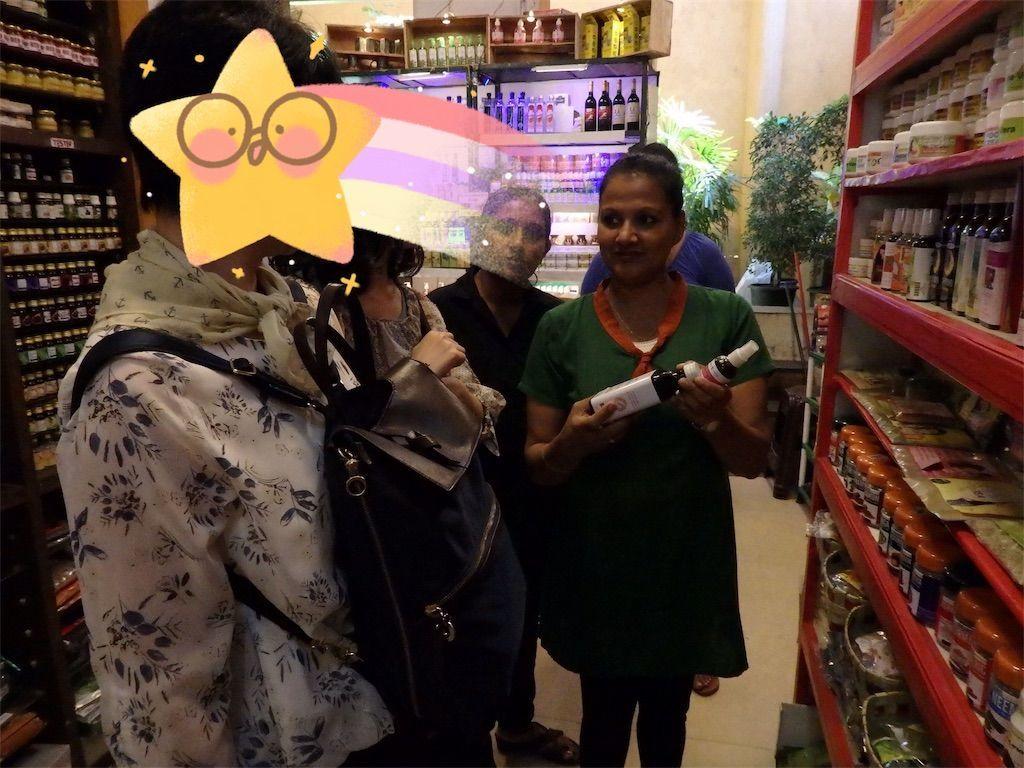 スリランカキャンディで人気のローカル薬局・ボーワッテ アーユルヴェーダ Bowatte Ayurveda 英語で商品の説明を受ける