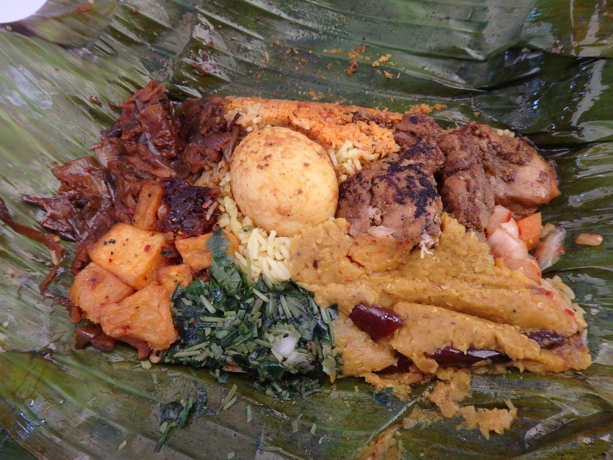 代々木公園で行われたスリランカフェスティバル2019 レストランブース出展 タップロボーン(spicy bistro Taprobane)のランプライス 炙ったバナナの葉に包まれたゆで卵、チキンカレー、ナスと煮干しのココナッツ煮込み、ポルサンボル(ココナッツふりかけ)、パイナップルのピクルス、青菜の和え物など