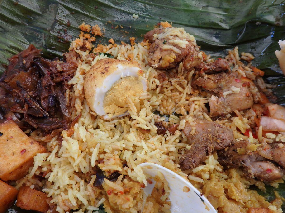 代々木公園で行われたスリランカフェスティバル2019 レストランブース出展 タップロボーン(spicy bistro Taprobane)のランプライス お好みで2~3種類をごはんと混ぜながら食べる