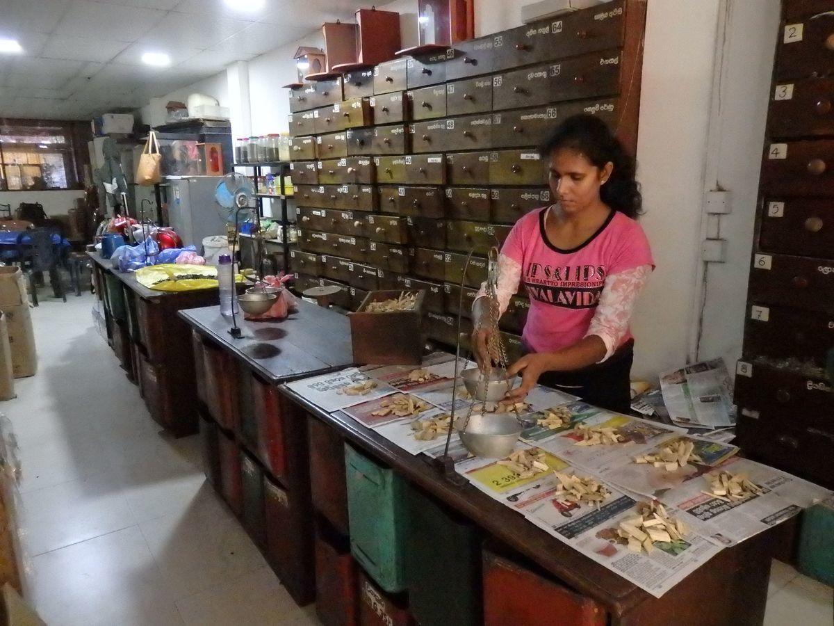 スリランカキャンディで人気のローカル薬局・ボーワッテ アーユルヴェーダ Bowatte Ayurveda バックヤード(作業場)見学 秤でスパイスを計る様子