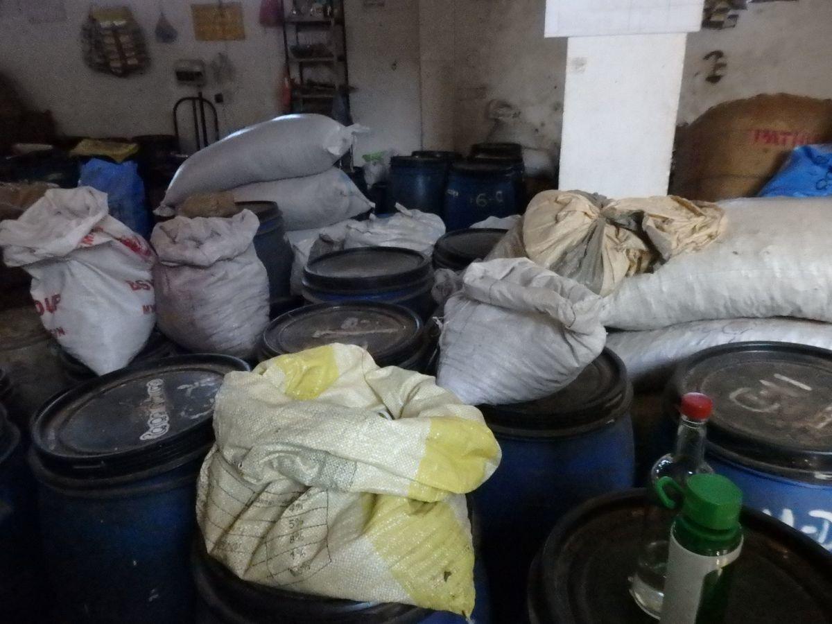 スリランカキャンディで人気のローカル薬局・ボーワッテ アーユルヴェーダ Bowatte Ayurveda バックヤード(作業場)見学 たくさんのパッケージ前の原料