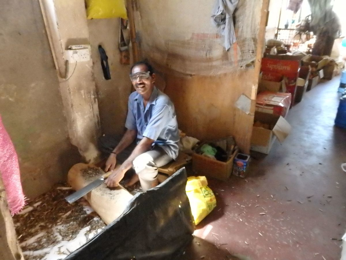 スリランカキャンディで人気のローカル薬局・ボーワッテ アーユルヴェーダ Bowatte Ayurveda バックヤード(作業場)見学 笑顔が素敵な従業員