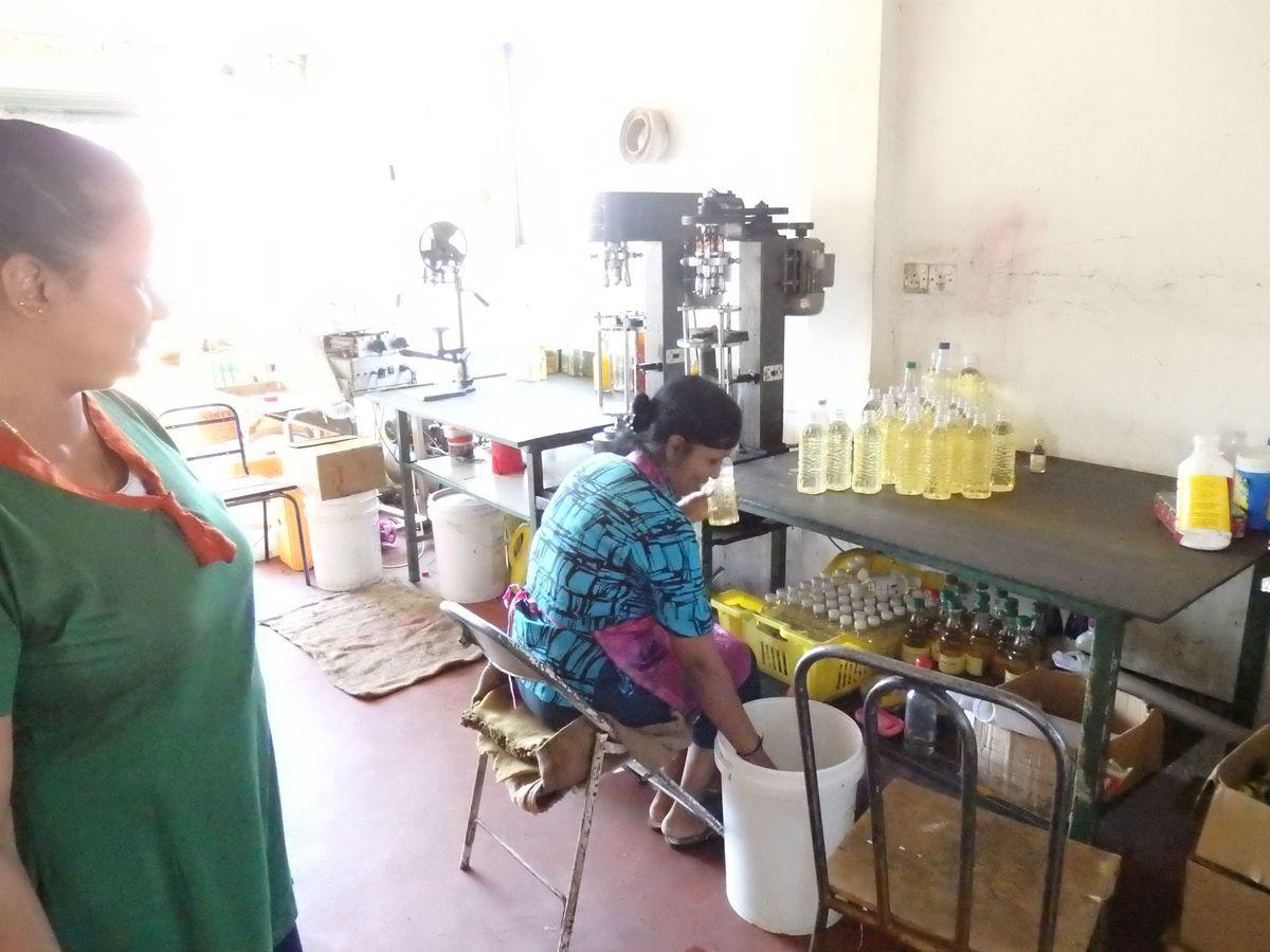 スリランカキャンディで人気のローカル薬局・ボーワッテ アーユルヴェーダ Bowatte Ayurveda バックヤード(作業場)見学 オイルをボトル詰めする様子