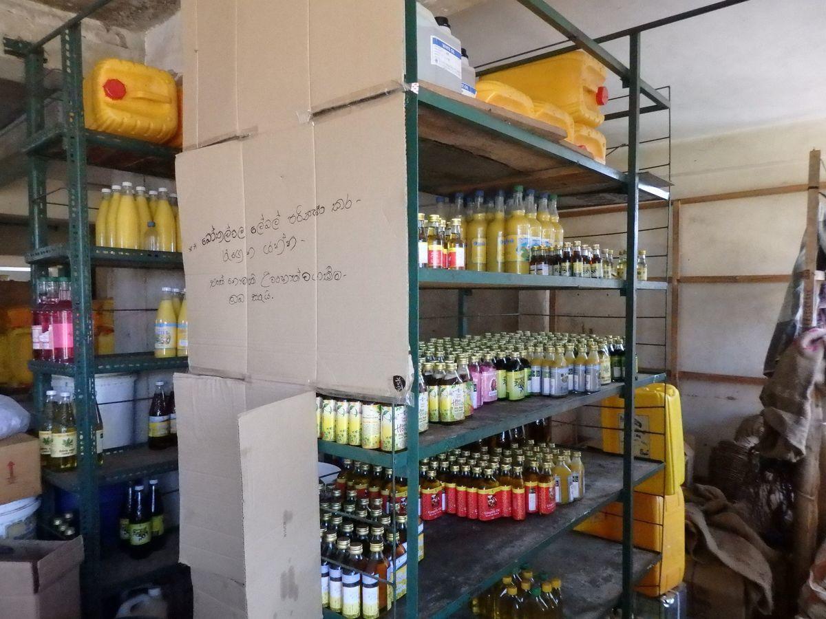 スリランカキャンディで人気のローカル薬局・ボーワッテ アーユルヴェーダ Bowatte Ayurveda バックヤード(作業場)見学
